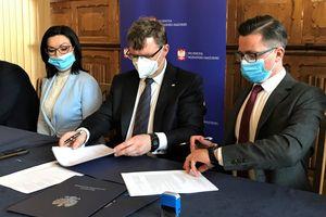 Wojewoda podpisał umowy z samorządami