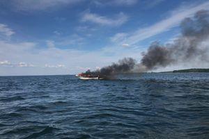 Mikołajki. Tragiczny pożar na jeziorze [ZDJĘCIA]