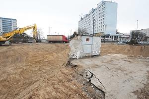 """Dziura po hotelu Gromada """"na dzień dobry"""" w Olsztynie. Dlaczego nic się nie dzieje?"""