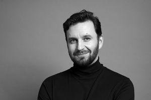 """Piotr Domalewski: Pracuję z ludźmi, których jestem ciekaw. Rozmowa z reżyserem filmu """"Jak najdalej stąd"""""""