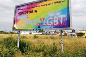Bilbord LGBT w Olsztynie zdewastowany. Wandal(e) napisał wulgarne hasła