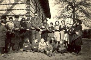#135 Padli sobie w objęcia: człowiek w pasiaku z tym w mundurze Wehrmachtu