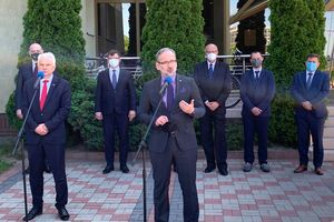 Minister Niedzielski w Olsztynie: nie wiadomo, kiedy zdejmiemy maseczki