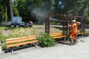 Szybka akcja z ławkami przy fontannie