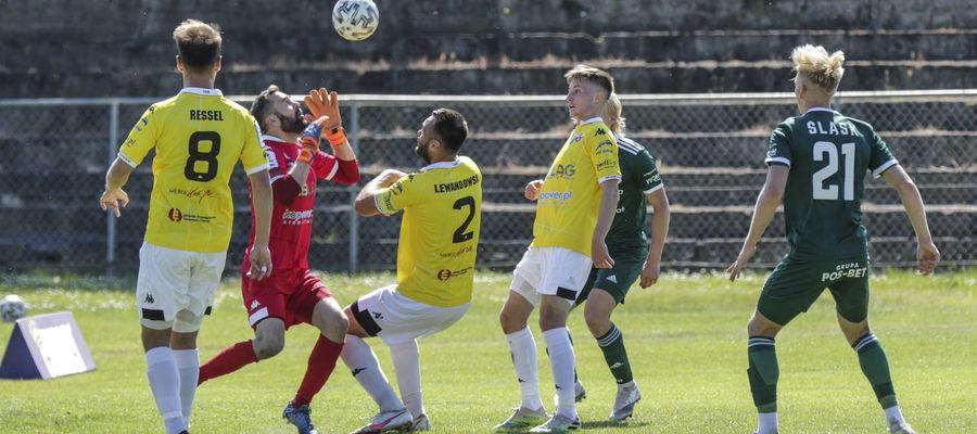 Andrzej Witan (drugi z lewej) robił co mógł, ale i tak musiał aż cztery razy wyciągać piłkę z bramki