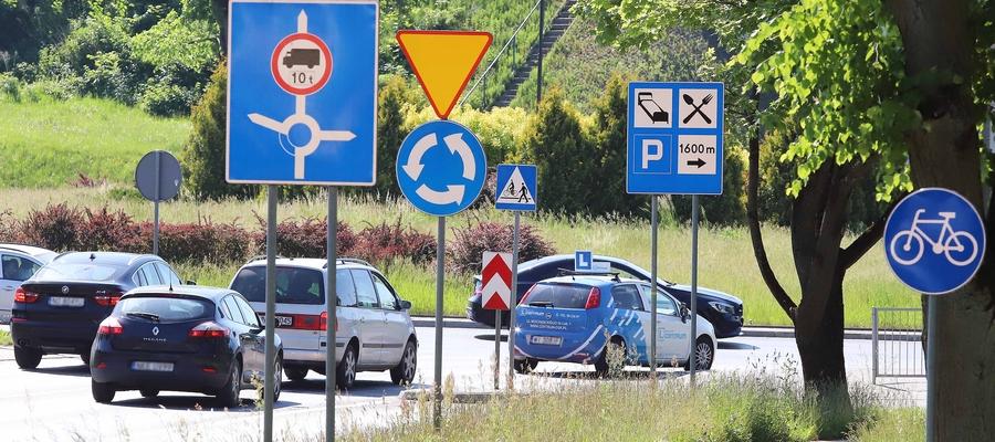 Im więcej znaków drogowych w mieście, tym trudniej się na nich skupić.