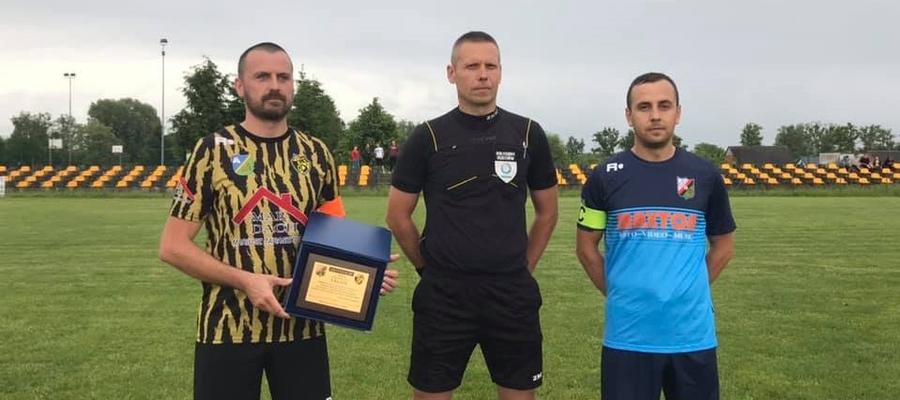 Drużyna Zamka Szymbark przed meczem z Osą Ząbrowo pogratulowała swojemu rywalowi awansu do wyższej ligi