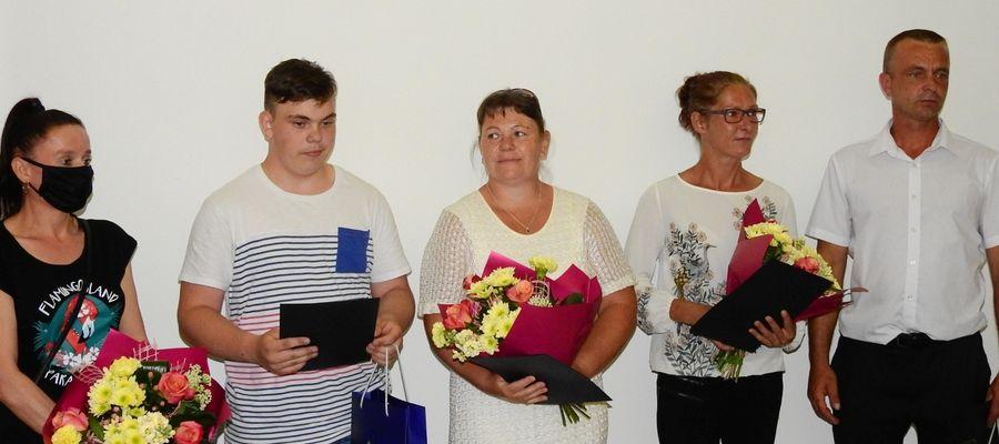 Za dzielną postawę uhonorowani zostali opiekunka Marta Grądzka, Jakub Sawicki i Adrian Domitrz (nie mógł być na sesji RM w Olecku) oraz rodzice obu chłopców