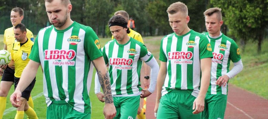 Piłkarze Motoru Lubawa wychodzący na mecz ligowy w Rybnie
