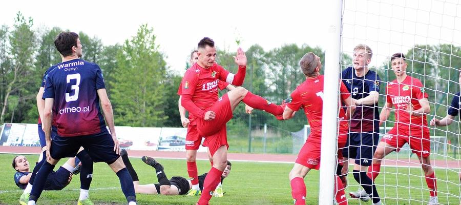 Piłkarz Motoru Lubawa Roman Śnieżawski (sam środek zdjęcia) po hat-tricku w meczu z Warmią teraz dorzucił gola w wyjazdowym pojedynku z Błękitnymi Pasym