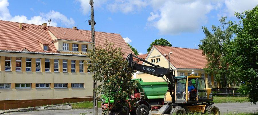 Przebudowa boiska przy SP 2 w Olecku powinna zakończyć się w listopadzie 2021 r.