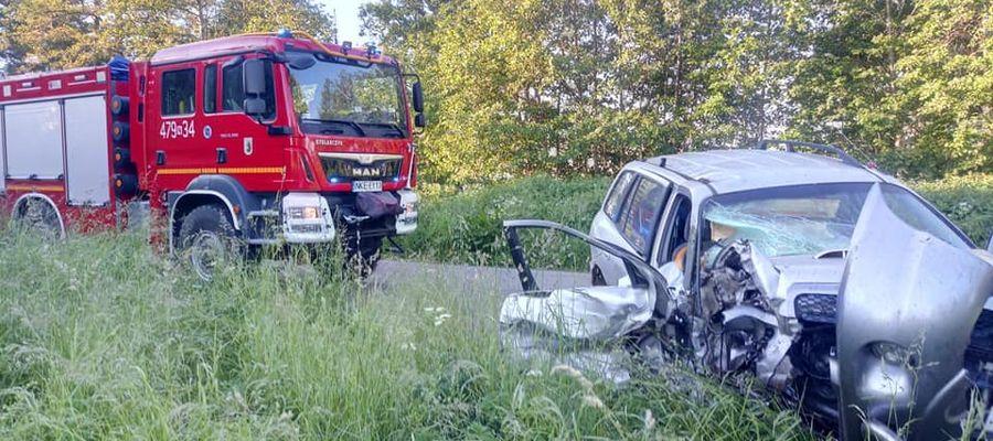 """""""Skasował"""" auto na drzewie. Kierowca twierdzi, że wypił dopiero po zdarzeniu"""