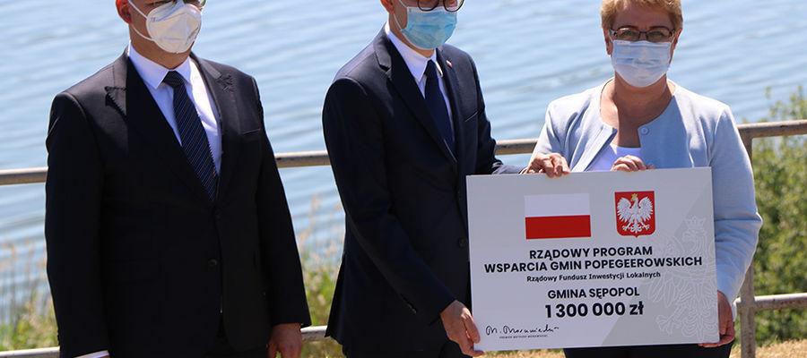 p. Artur Chojecki, wojewoda warmińsko-mazurski., p. Błażej Poboży wiceminister MSWiA, p.Irena Wołosiuk, burmistrz Sępopola