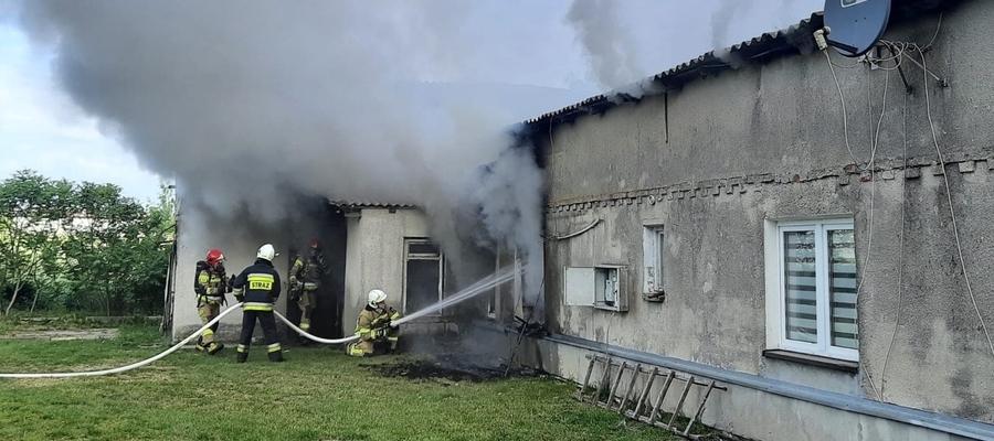 W jednym z dwóch oddzielnych mieszkań parterowego domu doszło do pożaru, a kłęby dymu wydobywały się z okien i spod konstrukcji dachu