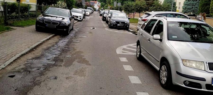 Na al. Przyjaciół wyznaczono zatoki postojowe, ale kierowcy i tak parkują na chodnikach. Z przyzwyczajenia.