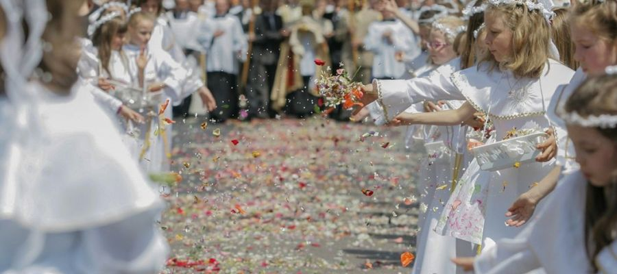Piękną tradycją związaną z Uroczystością Ciała i Krwi Chrystusa jest sypanie kwiatów przez dziewczynki pod stopy kapłana niosącego Hostię