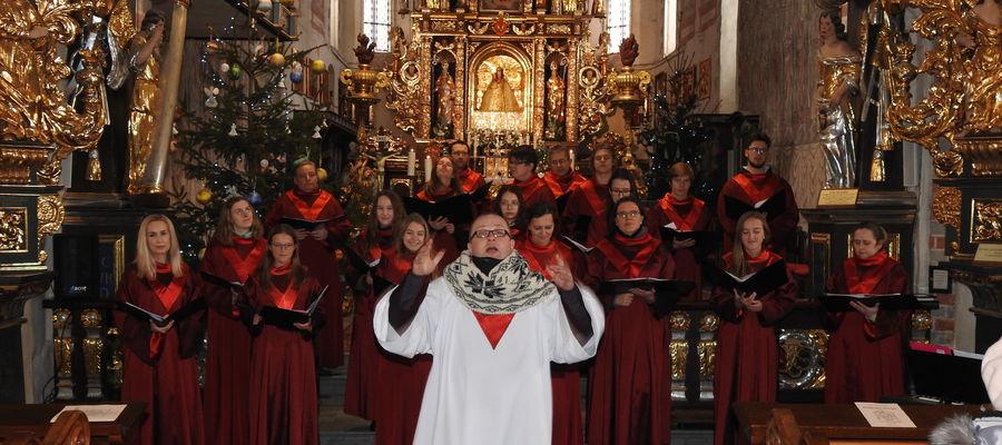 Występ warszawskiego chóru w kościele w Nowym Mieście