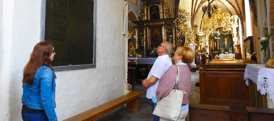 Zwiedzanie bazyliki przez pierwszych gości...
