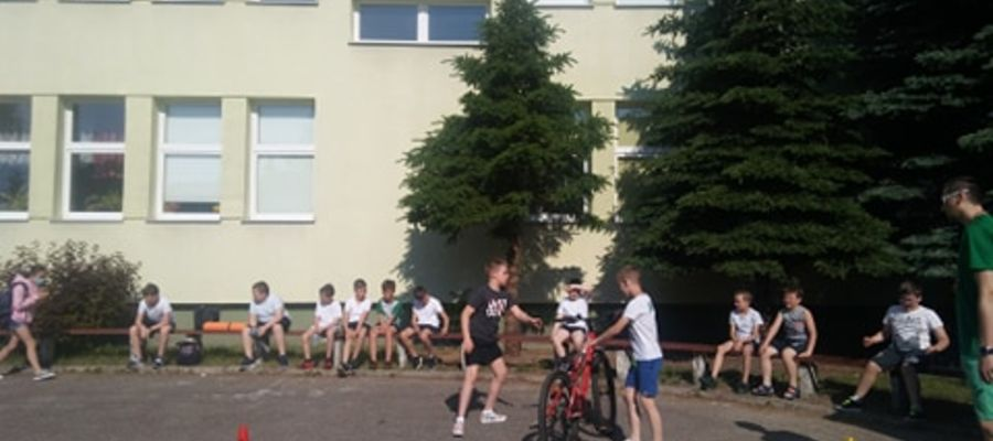 Uczniowie czwartych klas podczas egzaminu praktycznego