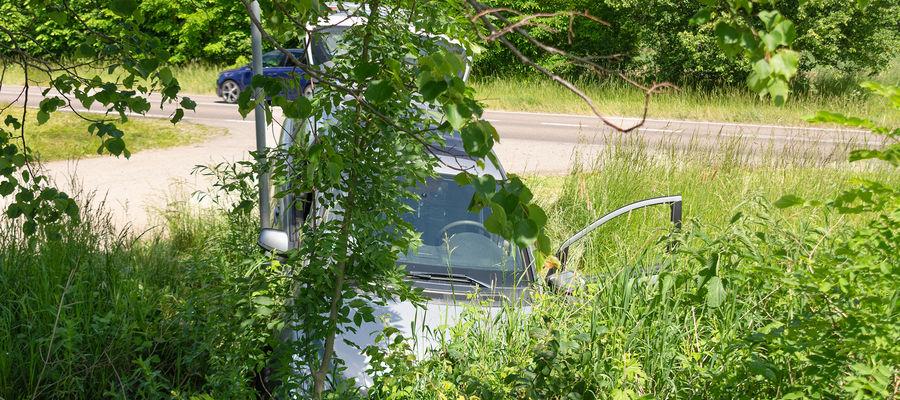 samochód sprawcy wylądował w rowie.