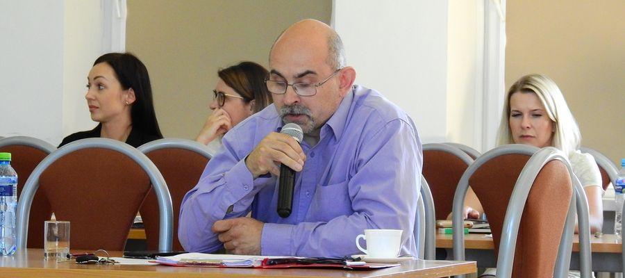Radny Wojciech Leonarczyk na sesji Rady Miejskiej w Olecku