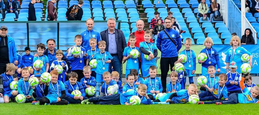 Zdjęcie młodych piłkarzy wraz z trenerami i prezesem Jezioraka