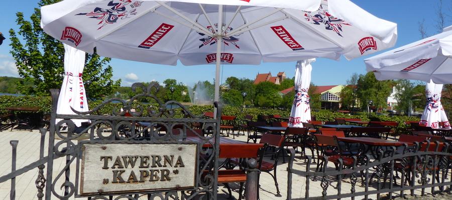 Tawerna Kaper w Iławie - widok na taras i na panoramę miasta. Kaper jest położony nad samym brzegiem Jezioraka