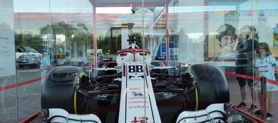 Bolid Formuły 1 w Olsztynie. Już stoi na stacji paliw [ZDJĘCIA]