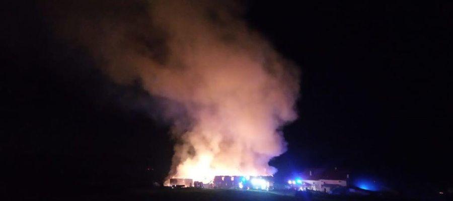 Pożar strawił oborę i część maszyn rolniczych