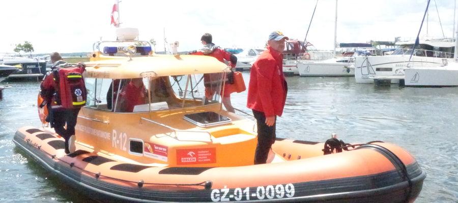 Ratownicy MOPR wypływają na akcję z giżyckiej Ekomariny
