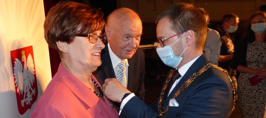 Burmistrz Iławy Dawid Kopaczewski tu akurat uhonorowuje Janinę i Ireneusza Grzelków, małżeństwo obchodzące 50-lecie pożycia