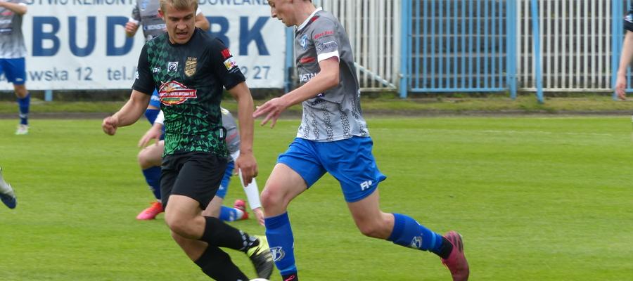 Dwie bramki dla Jezioraka w meczu z Granicą Kętrzyn zdobył 18-letni Maciej Banaszek (przy piłce, z prawej strony - tu podczas meczu z Błękitnymi Orneta)