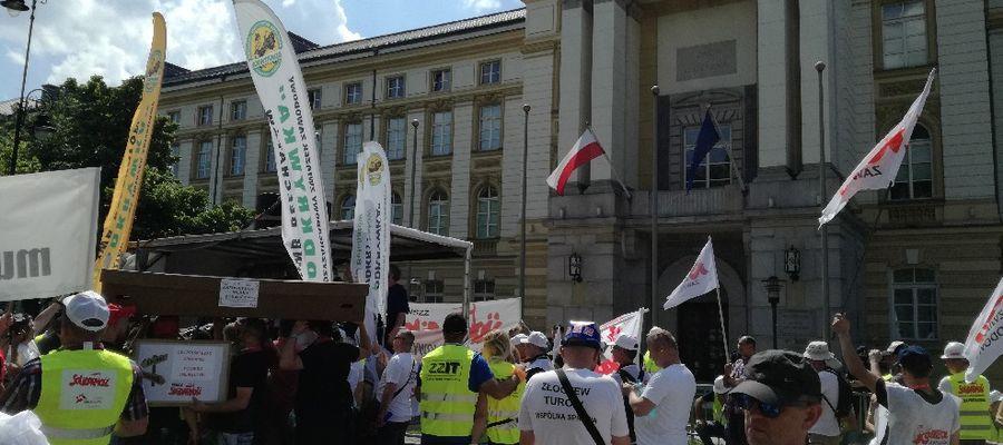 """Działacze """"Solidarności"""" jadą protestować do Warszawy."""