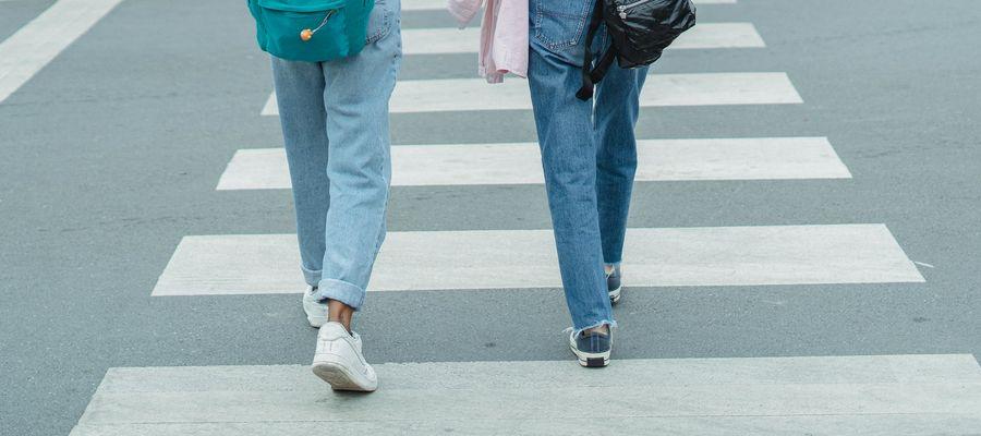 Zmiany w przepisach drogowych dotyczą zarówno kierowców, jak i pieszych
