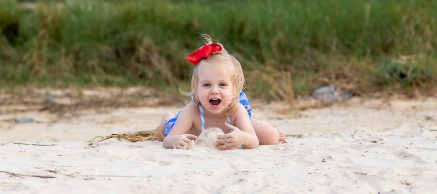Czy dziecko na plaży powinno mieć na sobie strój kąpielowy?