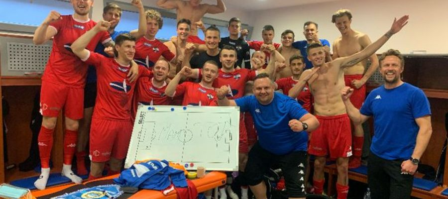 Uzasadniona radość piłkarzy Sokoła po zwycięstwie w Krakowie