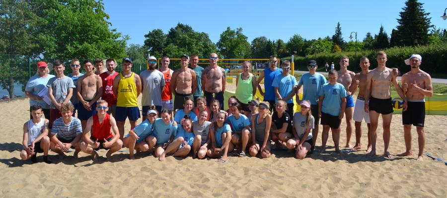 Zdjęcie uczestników turnieju o mistrzostwo Iławy w siatkówce plażowej