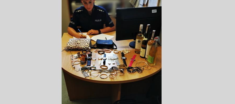 Oficer prasowa policji asp. Joanna Kwiatkowska z częścią odzyskanych przedmiotów