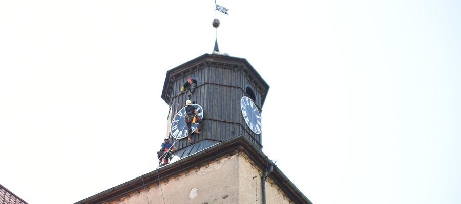 W poniedziałek (21 czerwca) na wieży kościoła p.w. św. Jana Chrzciciela w Piszu pojawiły się ponownie cztery tarcze zegara.