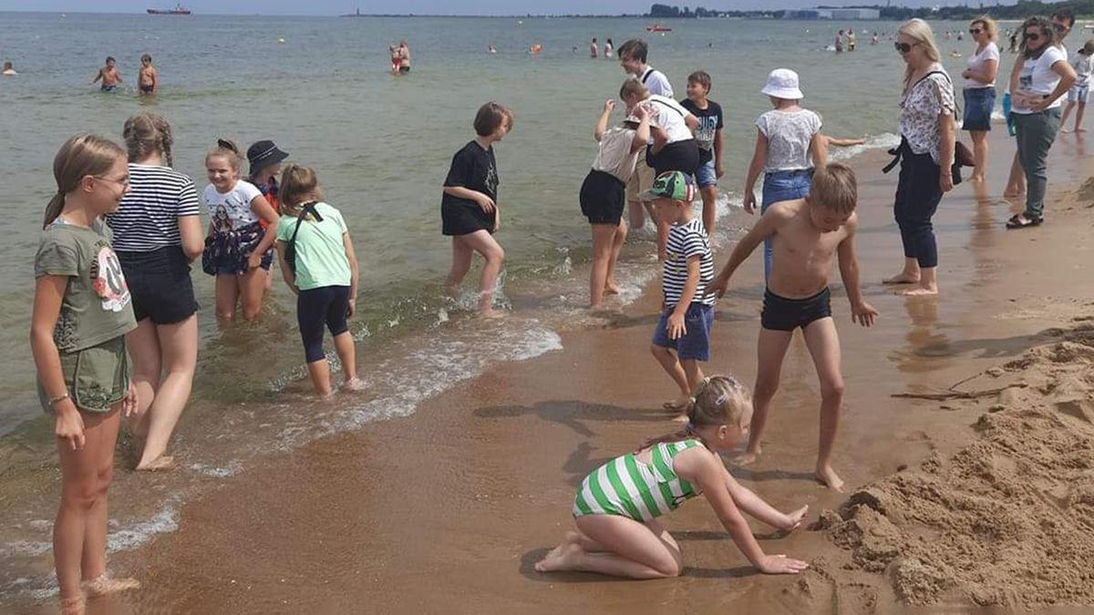 Dzieci odwiedziły również plażę nad Bałtykiem