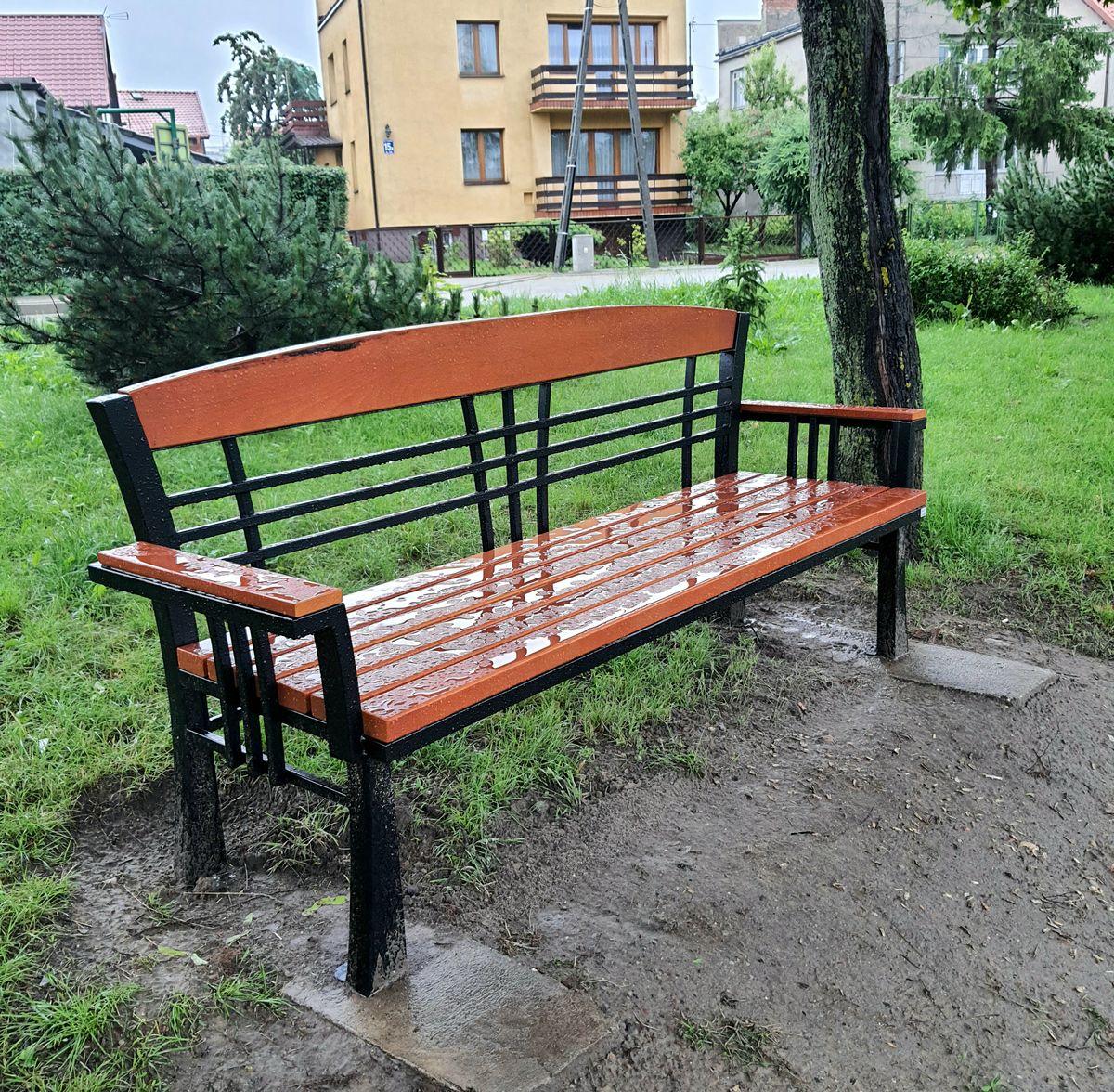 Jedna z trzech nowych ławek wokół jeziorka przy ul. Warszawskiej.