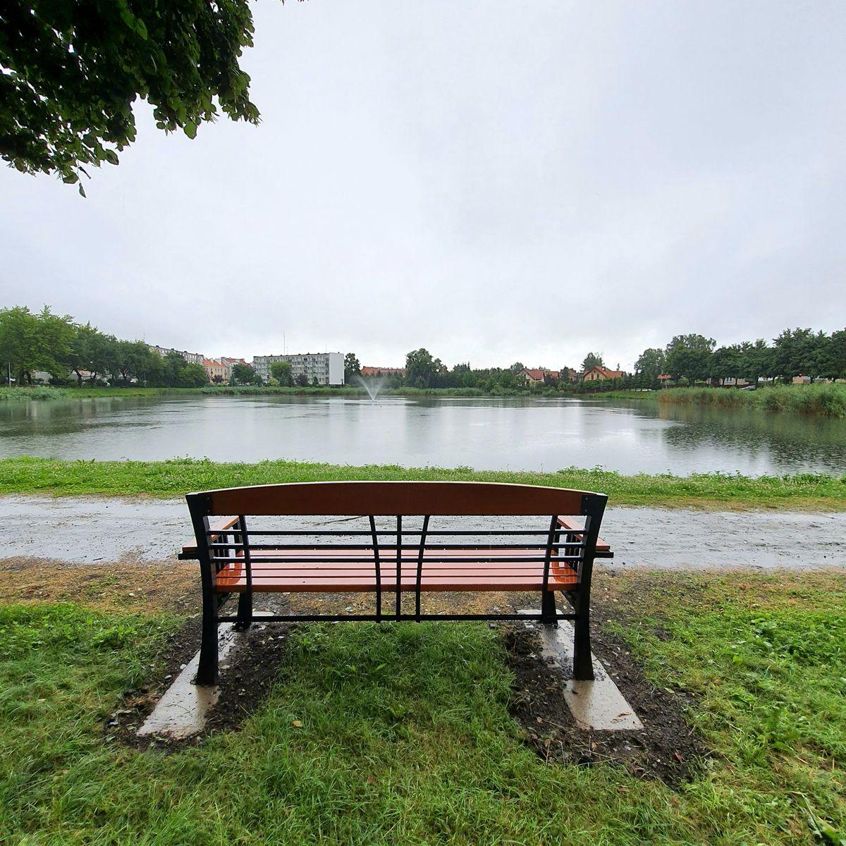 Nowa ławka przy Jeziorku Bartbetowskim w Bartoszycach