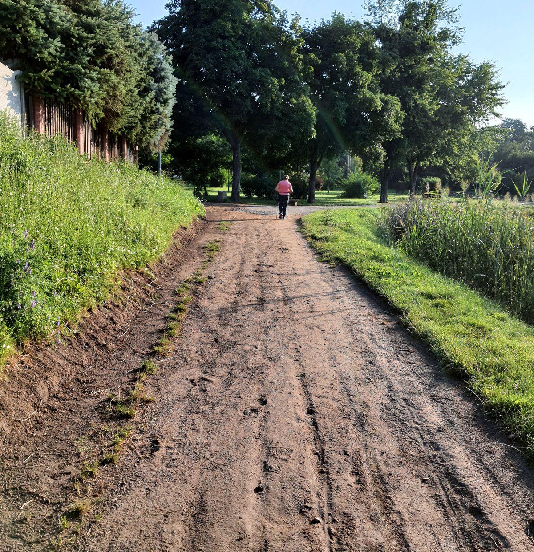 Prace nad utwardzaniem drogi wokół Jeziorka Mleczarskiego już trwają.