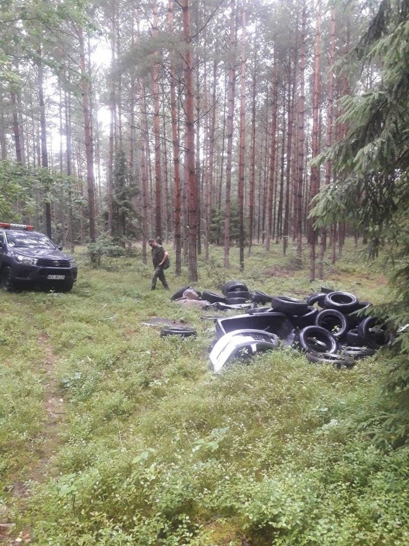 Ktoś wyrzucił w lesie w Kudypach kilkadziesiąt opon