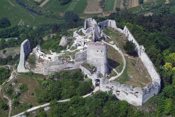 Ruiny zamku w Čachticach, gdzie dochodzić miało do makabrycznych zbrodni