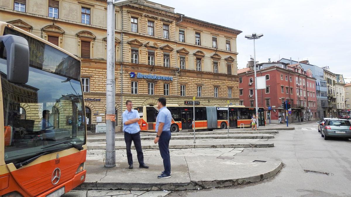 Transfer z lotniska przyjeżdża na Jelačićev trg.