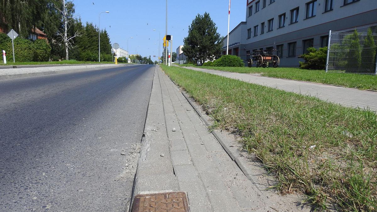 Maszyny rolnicze uszkodziły krawężniki na ul. Bema w Bartoszycach