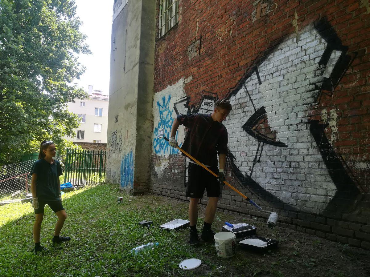 Mateusz Mirczyński: najpierw nałożymy białe plamy, żeby wyrównać tło tej ściany i dać pole do kompozycji
