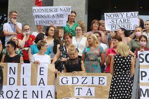 Pracownicy sądów mają dość. Dziś w południe protestowali przed sądem w Olsztynie [ZDJĘCIA]
