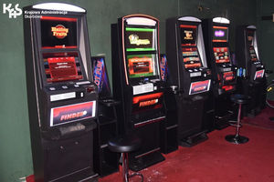 Funkcjonariusze KAS zajmują nielegalne automaty do gier